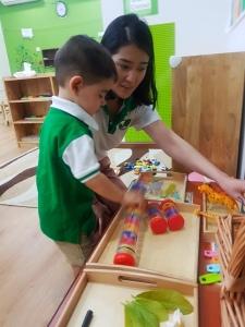 Martín jugando en su primer día de guardería